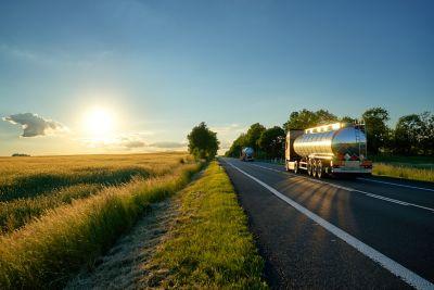 <b>Entrega de adesivos em caminhões-tanque</b>