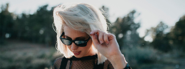 Donna con capelli biondi e occhiali da sole