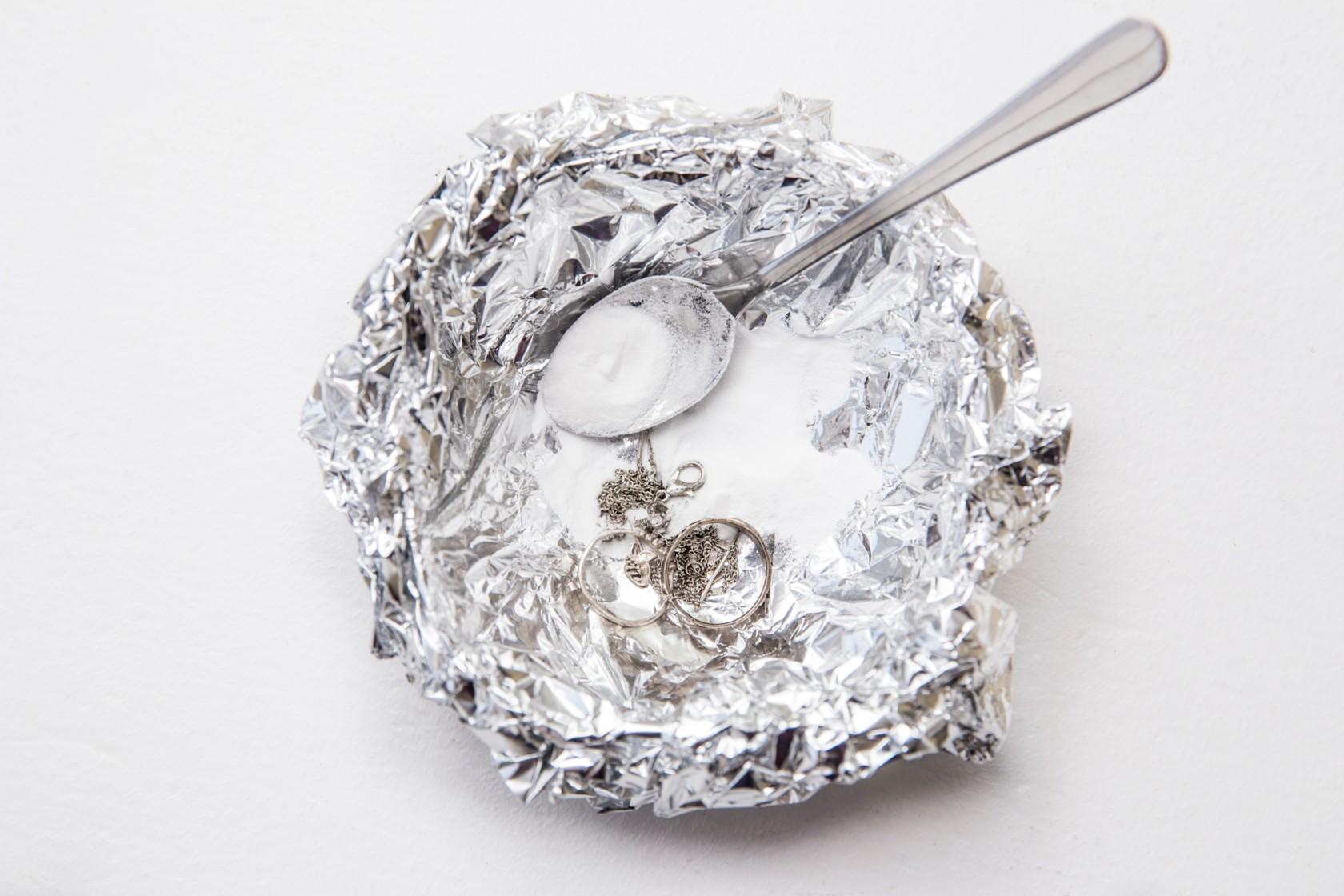 Silber putzen, man braucht eine mit Alufolie ausgekleidete Schüssel, gefüllt mit heißem Wasser und Salz