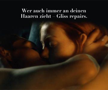 Mann und Frau umarmen und küssen sich