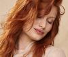 Frontansicht einer rothaarigen, jungen Frau