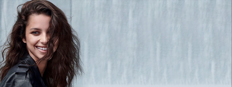 brünette Frau mit gewelltem Haar