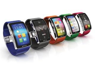 五种不同颜色的可穿戴移动设备