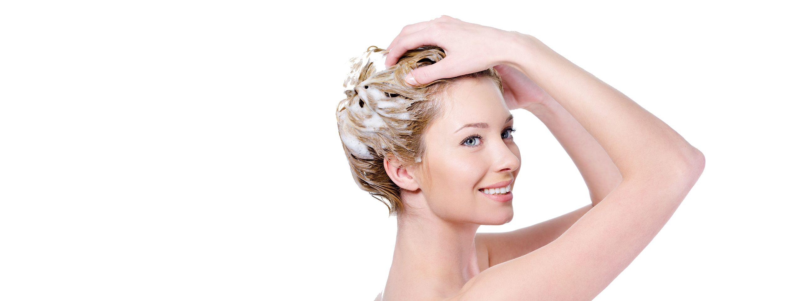 Femme utilisant shampoing cheveux fins
