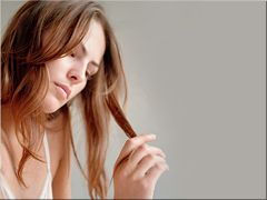 Девушка с секущимися кончиками волос