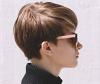 Profil einer braunhaarigen Frau mit kurzen Haaren und Sonnenbrille