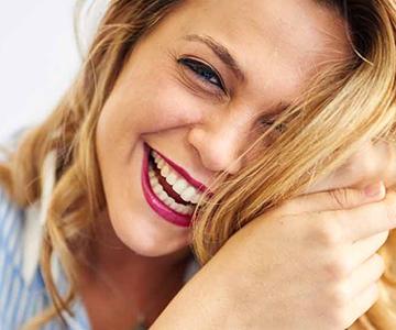 lachende Frau mit blonden Haaren