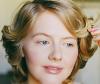 Junge Frau mit natürlicher Marilyn-Monroe-Frisur