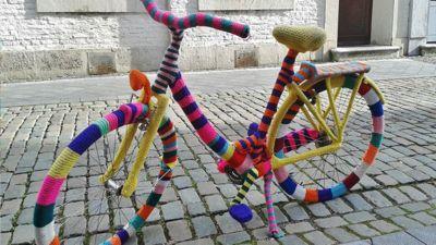 Fahrrad in buntem Strick eingefasst