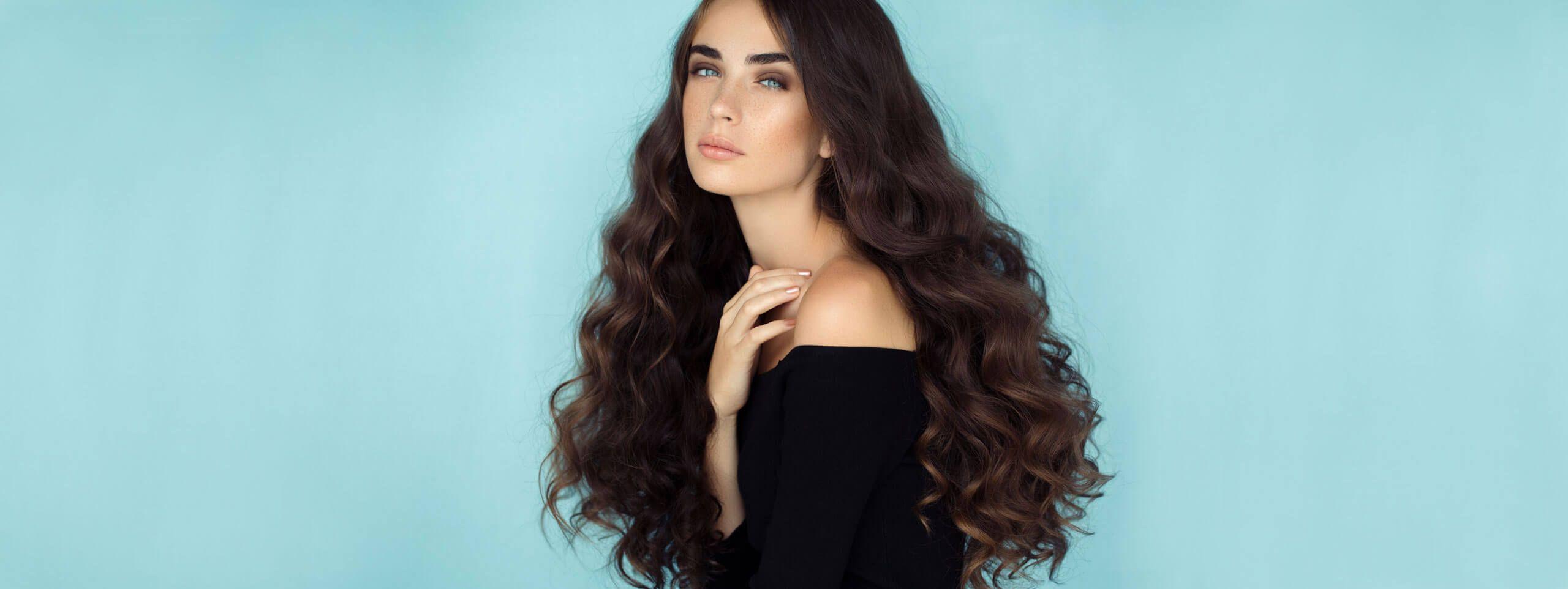 Žena duge tamne kovrčave kose