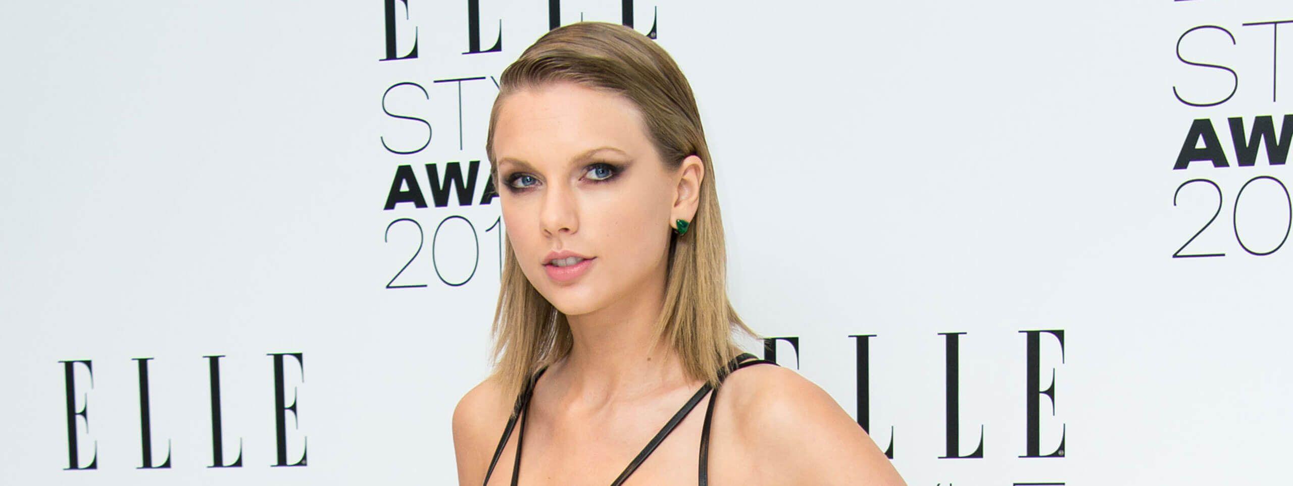 Taylor Swift z gładko zaczesanymi krótkimi włosami