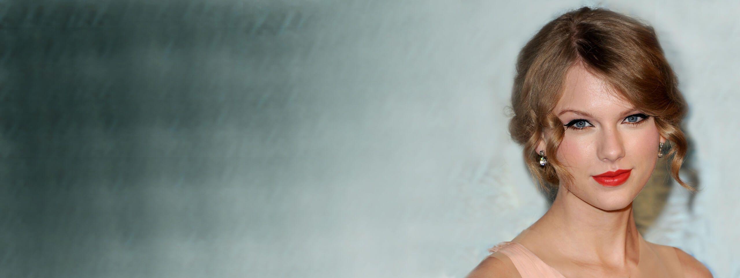 Taylor Swift z włosami upiętymi z tyłu i z lokami wokół twarzy