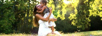 Mama si fiica fericite imbratisate