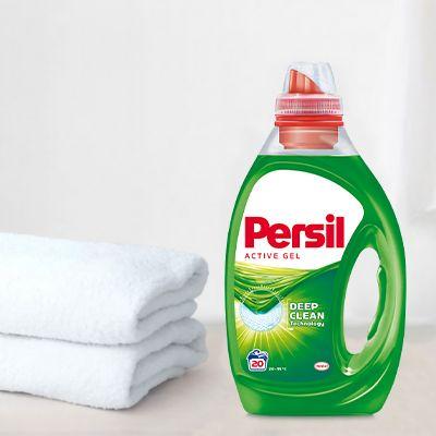 Sticla de Persil lichid universal langa prosoape albe