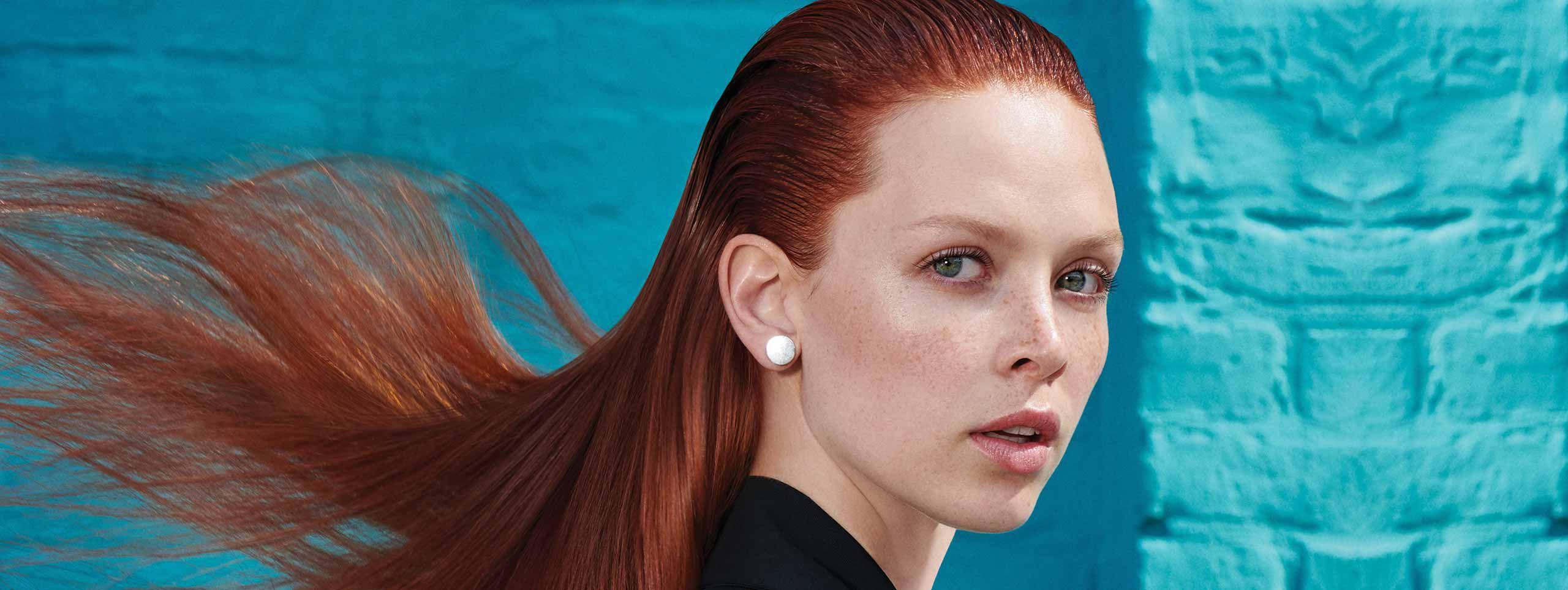 Žena crvene duge kose