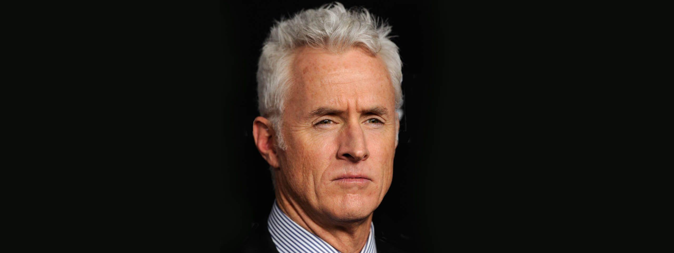 Uomo di mezza età con capelli grigi
