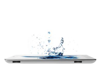 Salpicaduras de agua en un teléfono móvil