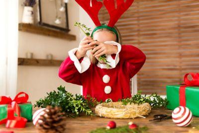 Weihnachtsbasteln, Mädchen bastelt Adventskranz