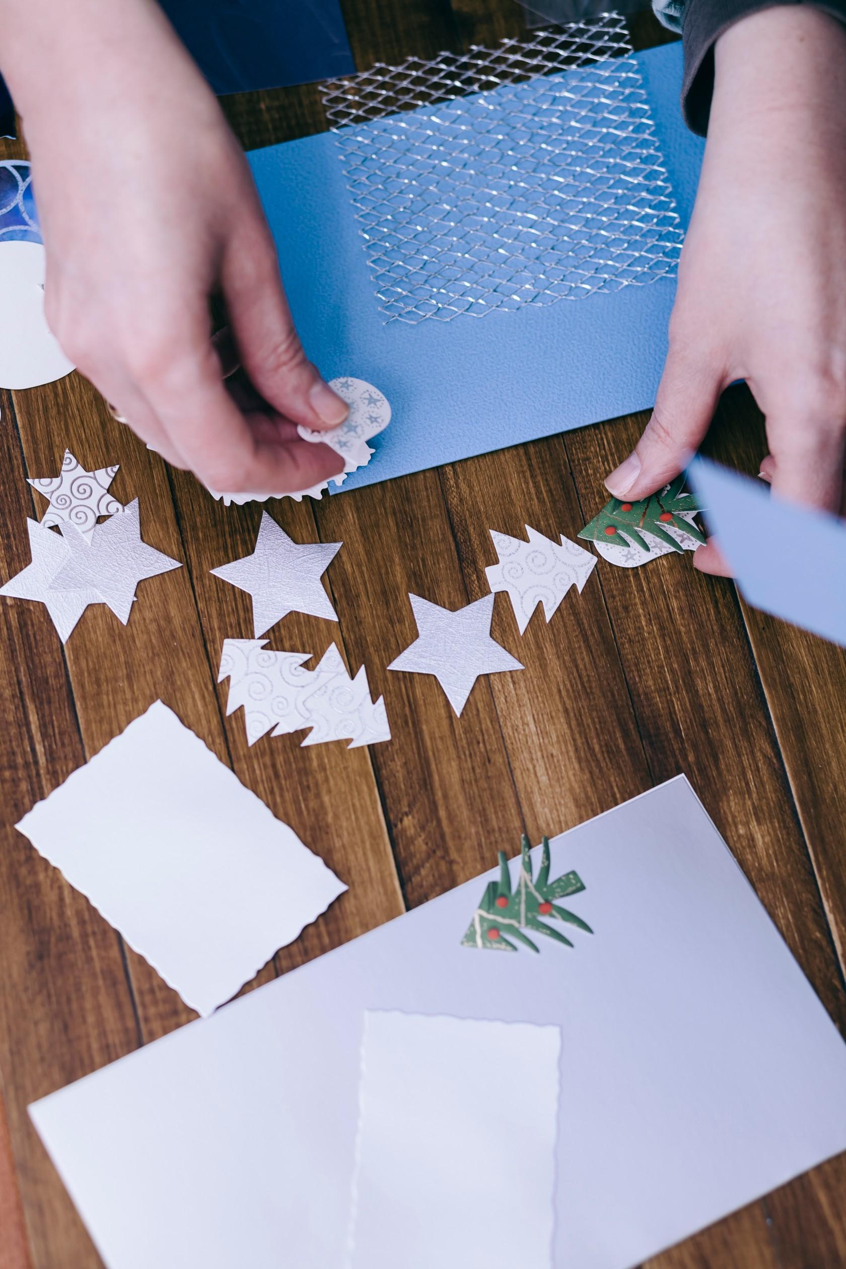 Weihnachtskarten selbst machen, Basteln am Schreibtisch mit Papier