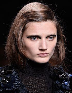Modelka z włosami w kolorze zimnego brązu