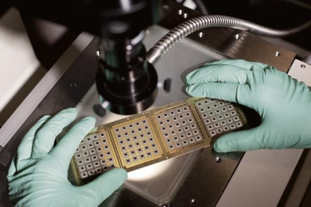 科学家拿着芯片粘接胶